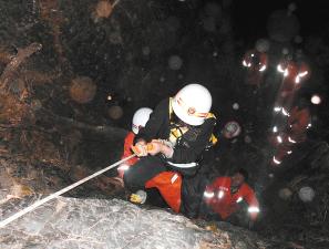 游客 悬崖/消防人员用绳索将被困游客李某从悬崖底救上来供图